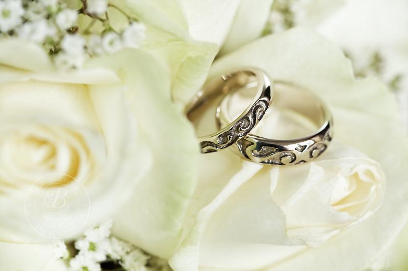 roses blanches et alliances